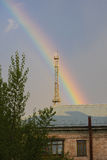 Paysage urbain avec le vieux bâtiment et arbre d'arc-en-ciel Photographie stock