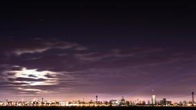 Paysage urbain avec les feux d'artifice de clignotant célébrant le réveillon de la Saint Sylvestre clips vidéos