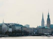 Paysage urbain avec les tours et le lac Photographie stock