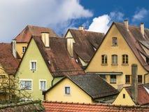 Paysage urbain avec maisons antiques et toits carrelés Photos libres de droits