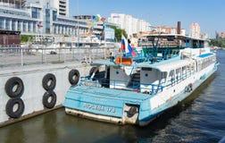Paysage urbain avec un bateau de plaisir au pilier de la station de rivière de Novosibirsk photographie stock