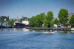 Paysage urbain avec un port maritime et des bateaux au pilier Photographie stock