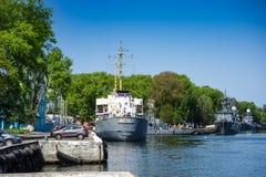 Paysage urbain avec un port maritime et des bateaux au pilier Images stock