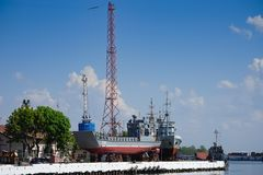 Paysage urbain avec un port maritime et des bateaux au pilier photo stock