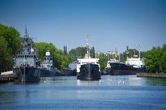 Paysage urbain avec un port maritime et des bateaux au pilier Photos libres de droits