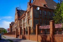 Paysage urbain avec vue sur la route et le vieux bâtiment dans le style prussien contre le ciel bleu image libre de droits