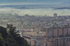 Paysage urbain brumeux de matin Photo stock
