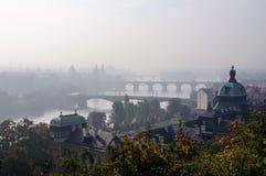 Paysage urbain brumeux de Prague images libres de droits
