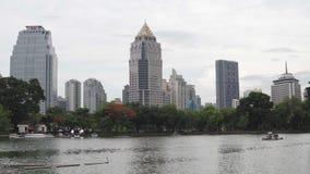 Paysage urbain calme à la journée en été Ondulations sur l'eau sur la surface de lac de ville Gratte-ciel modernes plus de clips vidéos