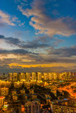 Paysage urbain coloré de nuit au crépuscule Photo stock