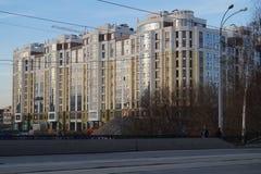 """Paysage urbain : construction du complexe résidentiel la """"Riviera """", rue de 34a Gorki photographie stock"""