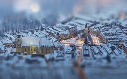 Paysage urbain crépusculaire aérien de place neigeuse du Conseil, Brasov, romain Image libre de droits