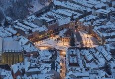 Paysage urbain crépusculaire aérien de place neigeuse du Conseil, Brasov, romain Photographie stock
