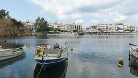 Paysage urbain d'Agios Nikolaos Crete Greece Bateaux au voulismeni et au port de lac de volcan Maisons traditionnelles autour de  clips vidéos