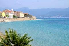 Paysage urbain d'Ajaccio avec la mer bleue sur l'île Corse, France Photos stock
