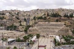 Paysage urbain d'Amman du centre avec l'amphithéâtre romain de la citadelle Photos stock