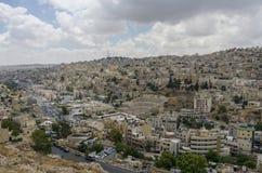 Paysage urbain d'Amman du centre avec l'amphithéâtre romain du citade Image libre de droits