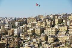 Paysage urbain d'Amman du centre avec les bâtiments résidentiels et le drapeau national de ondulation à Amman, Jordanie Photos libres de droits