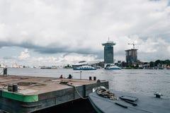 Paysage urbain d'Amsterdam à travers le canal Images libres de droits