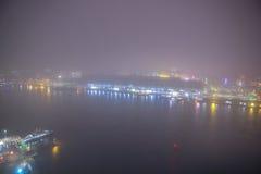 Paysage urbain d'Amsterdam et belle vue mystique à partir de dessus la nuit brumeux Images libres de droits