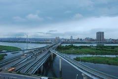 Paysage urbain d'autoroute contre le ciel Photo libre de droits