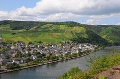 Paysage urbain d'Ellenz-Poltersdorf à la rivière Allemagne de la Moselle photographie stock libre de droits