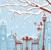 Paysage urbain d'hiver avec le café de rue, lanterne, oiseau illustration libre de droits