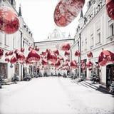 Paysage urbain d'hiver avec les balons et la neige rouges Image libre de droits