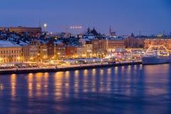 Paysage urbain d'hiver de nuit de Stockholm, Suède Photographie stock