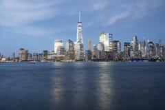 Paysage urbain d'horizon de New York la nuit Images stock