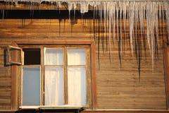 Paysage urbain dans la fenêtre d'hiver dans la vieille maison Images stock