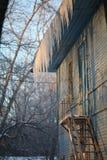 Paysage urbain dans la fenêtre d'hiver dans la vieille maison Photographie stock libre de droits