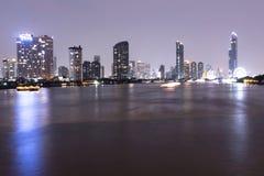 Paysage urbain de Bangkok au point de repère de nuit, bâtiment central d'affaires de la Thaïlande sur les banques de Chao Phraya  Images libres de droits