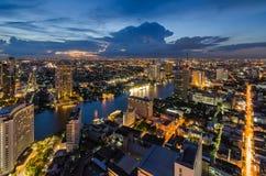 Paysage urbain de Bangkok avec la rivière de Chaophraya Image stock