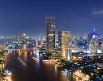 Paysage urbain de Bangkok avec la rivière la nuit. Images stock