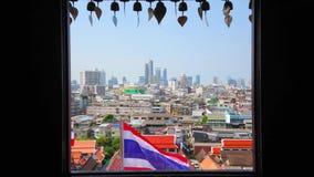Paysage urbain de Bangkok avec le drapeau thaïlandais national, Thaïlande clips vidéos