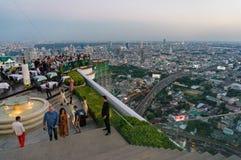 Paysage urbain de Bangkok de barre de dessus de toit de Lebua avec des personnes Images stock