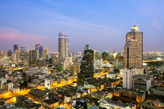 Paysage urbain de Bangkok, district des affaires avec le haut bâtiment au crépuscule Photos stock