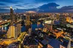 Paysage urbain de Bangkok et rivière de Chaophraya Photographie stock libre de droits