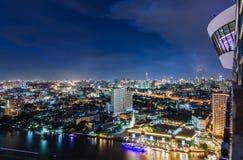 Paysage urbain de Bangkok la nuit avec le strom Image stock