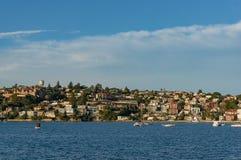 Paysage urbain de banlieue avec la propriété de bord de mer et la baie de l'eau Images stock