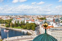Paysage urbain de Berlin avec la rivière de fête Images stock