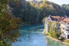 Paysage urbain de Berne, Suisse avec de vieilles maisons historiques près de la rivière d'Aare Images stock