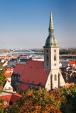 Paysage urbain de Bratislava et cathédrale de rue Martin Photographie stock libre de droits