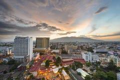 Paysage urbain de Chiang Mai au temps crépusculaire Images libres de droits