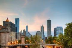 Paysage urbain de Chicago en soirée Photos libres de droits