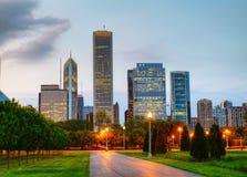 Paysage urbain de Chicago le soir Image libre de droits