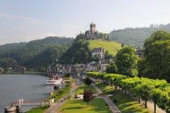 Paysage urbain de Cochem avec la rivière et le château de la Moselle photo libre de droits