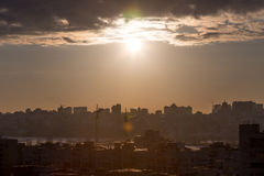 Paysage urbain de coucher du soleil dans des tons en pastel jaunes foncés, architecture, bâtiments au coucher du soleil Photographie stock libre de droits