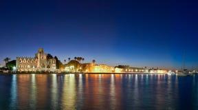 Paysage urbain de crépuscule d'île de Kos Image libre de droits